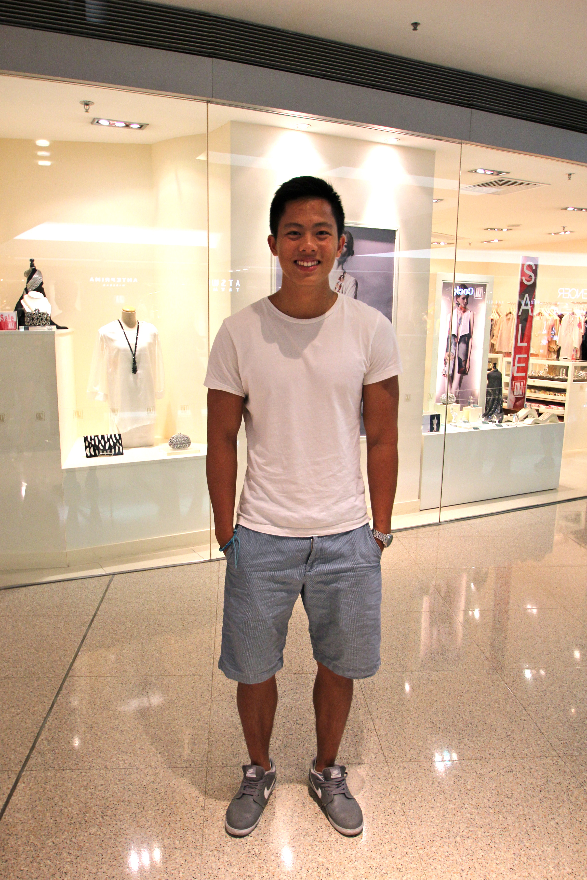"OOTD Series: The ""Simple White Tee Outfit"" Trend"